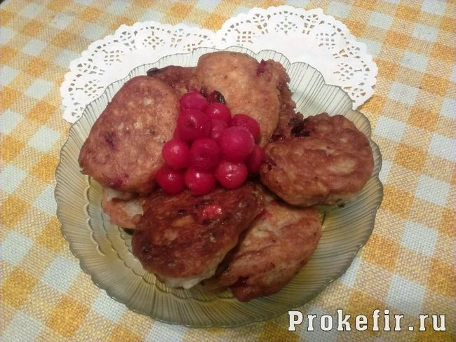 Оладки з тіста на кефірі з вишнею