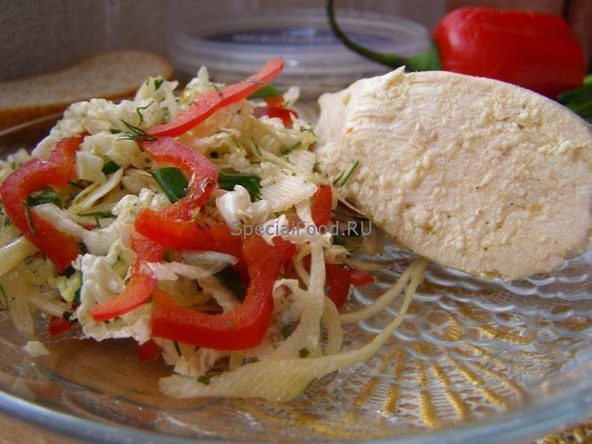 Відварна куряча грудка і овочевий салат
