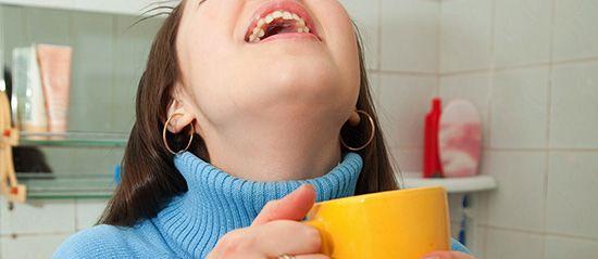 Полоскання горла при тонзиліті в домашніх умовах: рецепти розчинів і відварів
