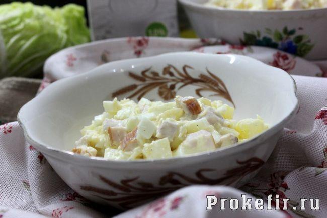 Салат з копченої курячої грудки простий і смачний з ананасом і домашнім майонезом на кефірі