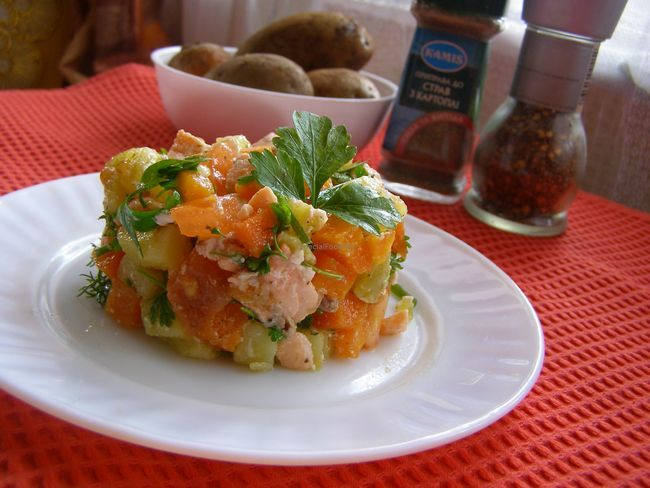 Салат із сьомгою і вареними овочами